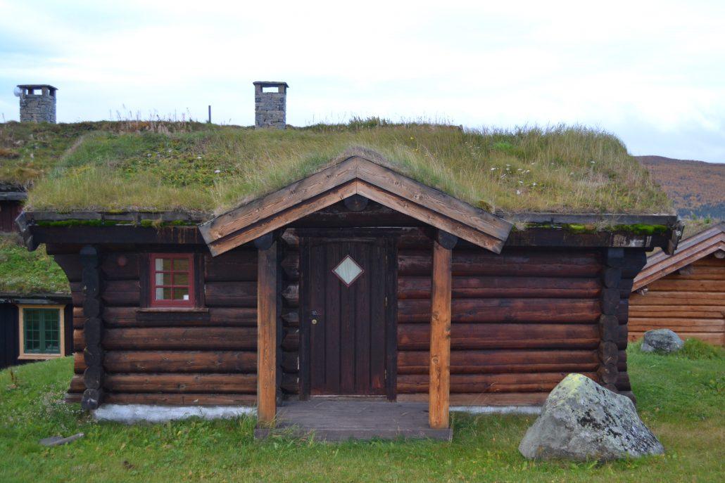 Koselig liten laftet hytte med torvtak