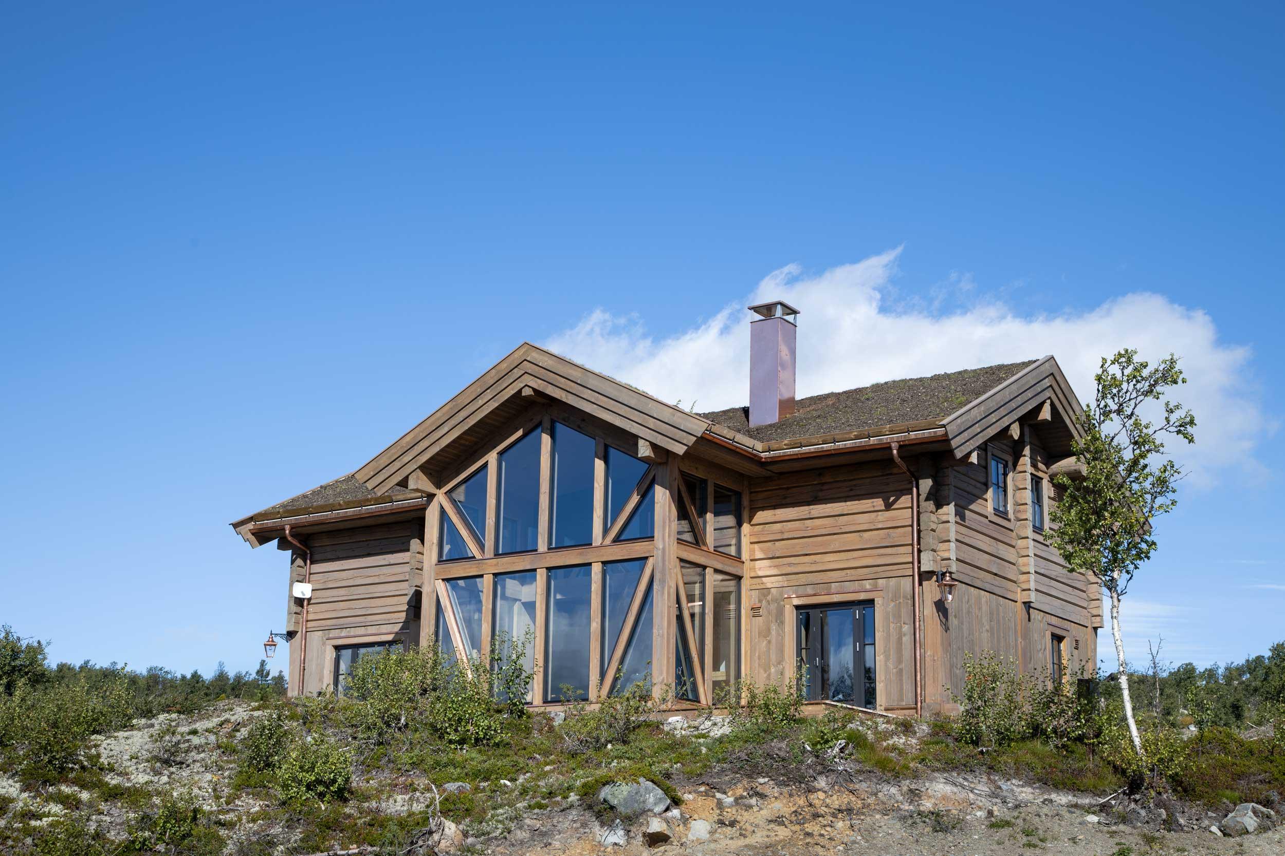 Arkitekttegnet moderne hytte på Kikut Sør på Geilo. Bygget i stavlaft av Geilo Laft