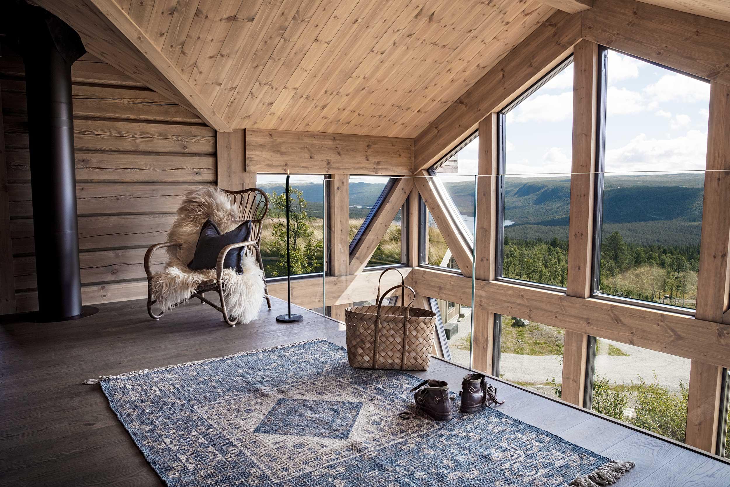 Stor hems med utsikt i arkitekttegnet fjellhytte, bygget av Geilo Laft, på Geilo