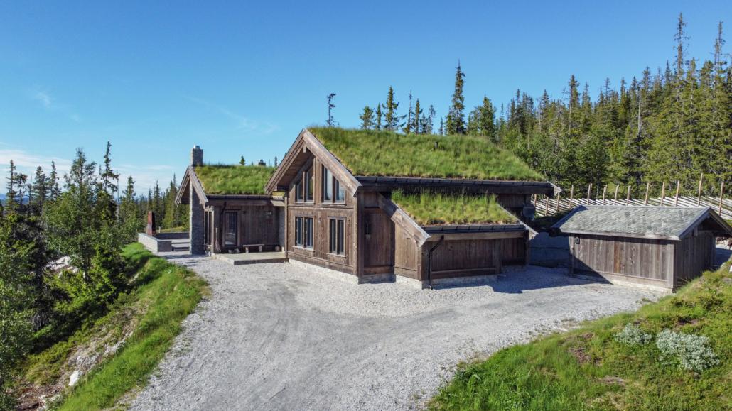 Stor hytta i bindingsverk med torvtak bygget av Geilo Laft