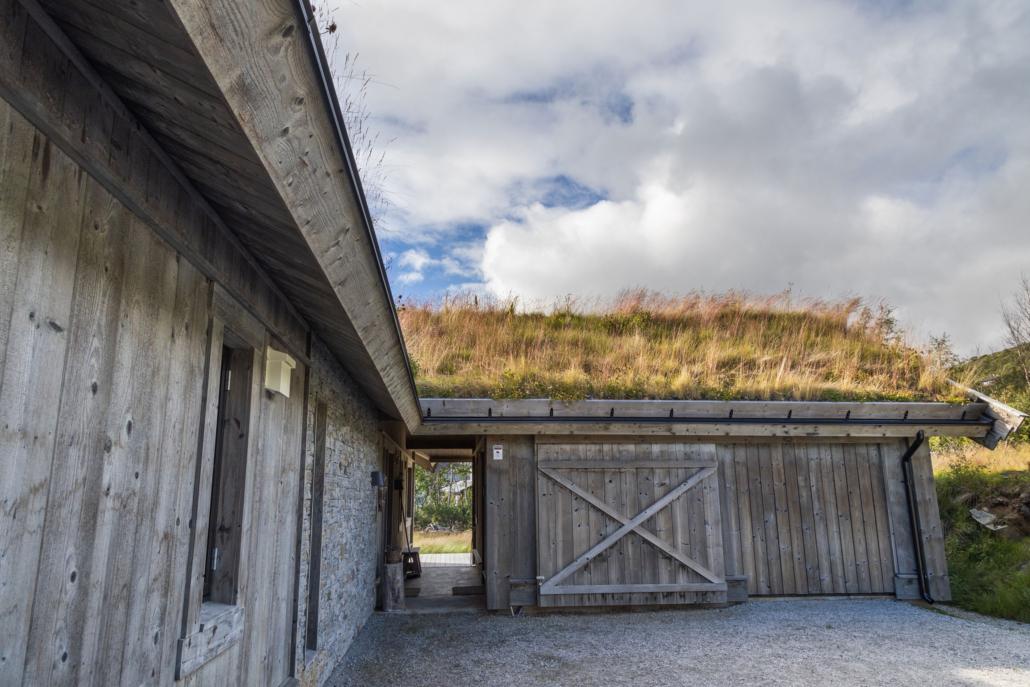 Hytta i bindingsverk behandlet med jernvitriol og med vakkert gress på torvtak, bygget av Geilo Laft AS